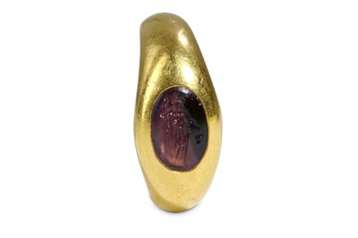 Lot 88 - A RING WITH ROMAN INTAGLIO Circa 2nd - 3rd...