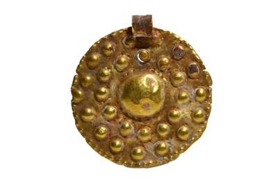 Lot 61 - A PHOENICIAN GOLD PENDANT Circa 1st Millennium...