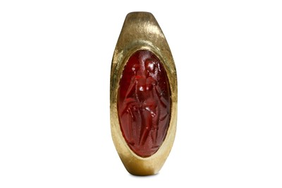 Lot 89 - A RING WITH ROMAN INTAGLIO Circa 2nd - 3rd...