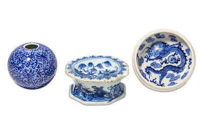 Lot 70-A SMALL COLLECTION OF CHINESE BLUE AND WHITE PORCELAIN ITEMS.