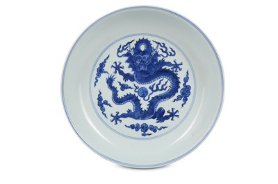 Lot 40 - A CHINESE BLUE AND WHITE 'DRAGON' DISH.