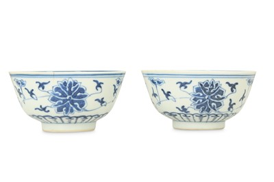 Lot 426 - A PAIR OF CHINESE BLUE AND WHITE 'LOTUS' BOWLS.