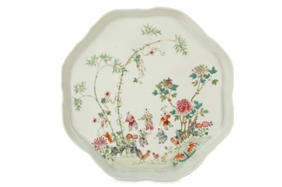 Lot 1 - A CHINESE FAMILLE ROSE TRAY.