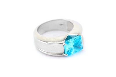 Lot 14-A blue stone ring The rectangular mixed-cut blue...