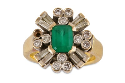Lot 29-An emerald and diamond dress ring