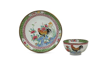 Lot 93 - A CHINESE CANTON ENAMEL FAMILLE ROSE 'COCKERELS' CUP AND SAUCER.