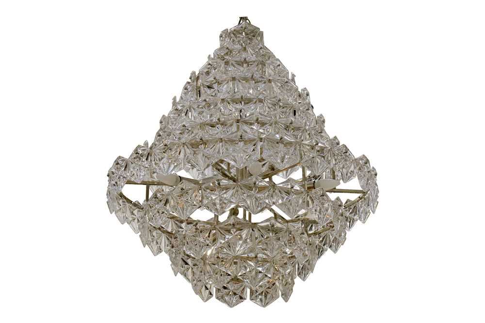 Lot 38-A contemporary Eicholtz Hermitage chandelier