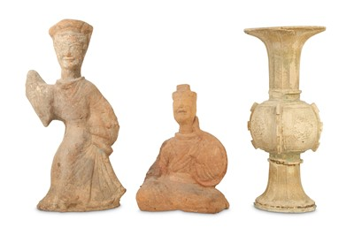Lot 472 - TWO CHINESE POTTERY FIGURES AND A VASE, GU.