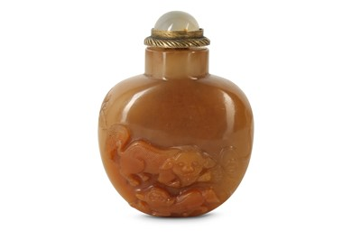 Lot 12 - A CHINESE RUSSET AGATE 'BUDDHIST LION DOG' SNUFF BOTTLE.