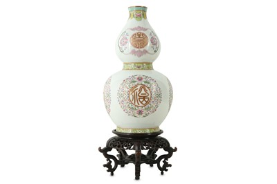 Lot 414 - A CHINESE FAMILLE ROSE DOUBLE GOURD VASE.