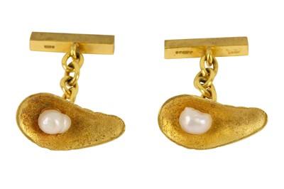 Lot 105-A pair of gold oyster shell cufflinks