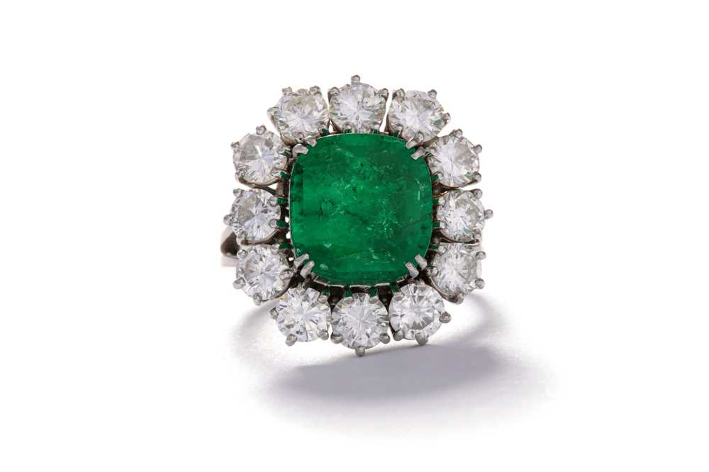 Lot 202 - An emerald and diamond cluster ring