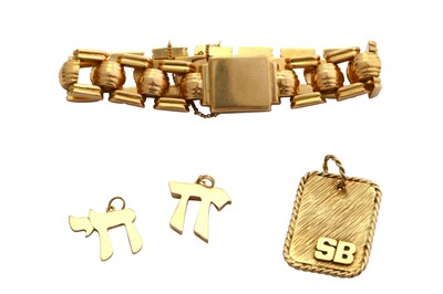 Lot 11-A small collection of jewellery