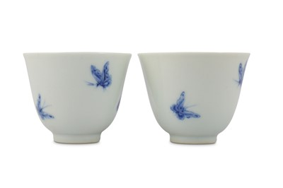 Lot 15 - A PAIR OF CHINESE BLUE AND WHITE 'BUTTERFLY' CUPS.