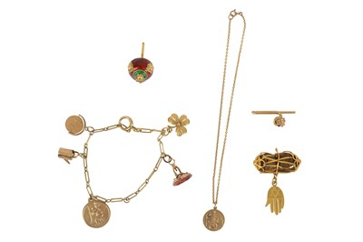 Lot 138-A small collection of jewellery items.