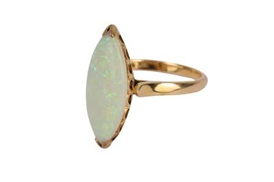 Lot 117-An opal ring