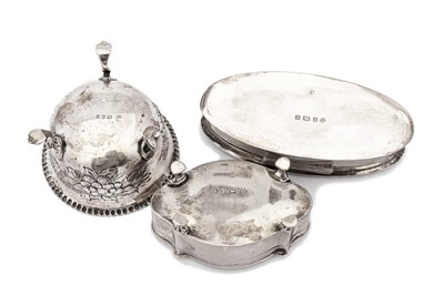Lot 35 - A mixed group of sterling silver including an Edwardian ring box, Birmingham 1904 by William Hutton & Sons