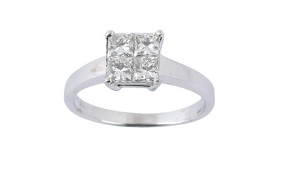 Lot 39 - A DIAMOND CLUSTER RING