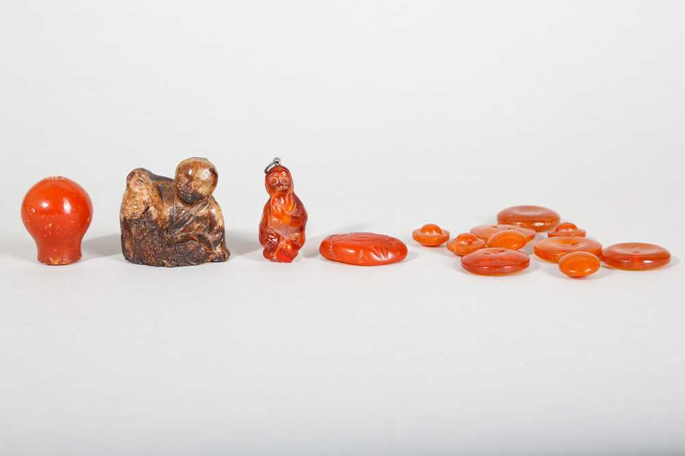 A GROUP OF SMALL CHINESE AMBER CARVINGS AND BUTTONS.