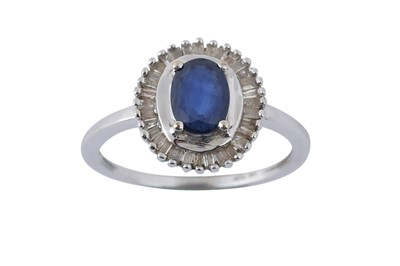 Lot 40 - A SAPPHIRE CLUSTER RING