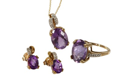 Lot 46 - AN AMETHYST PENDANT NECKLACE, RING AND EARRING SUITE