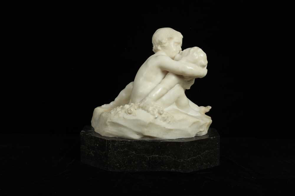 Lot 11 - AN EARLY 20TH CENTURY ITALIAN ALABASTER GROUP OF TWO CHERUBS EMBRACING