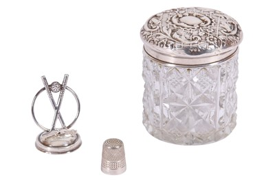 Lot 6 - AN EDWARDIAN DRESSING TABLE JAR WITH A STERLING SILVER LID