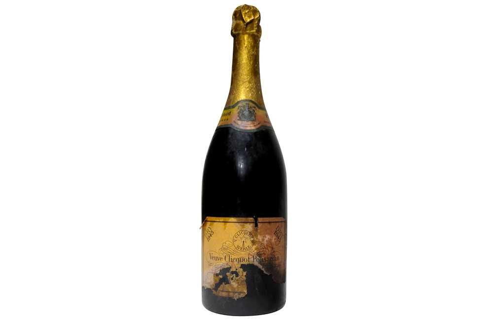 Lot 21 - Veuve Clicquot 1945 (label damaged)