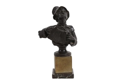 Lot 137 - A LATE 19TH / EARLY 20TH CENTURY BRONZE HALF LENGTH FIGURE OF A MAN PLAYING AN ACCORDIAN