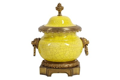 Lot 101 - A LATE 19TH / EARLY 20TH CENTURY CHINESE PORCELAIN INCENSE BURNER WITH FRENCH GILT BRONZE MOUNTS