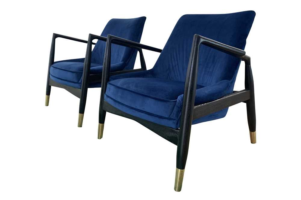 Lot 28 - A PAIR OF CONTEMPORARY 'PORTER' OPEN ARMCHAIRS, 21ST CENTURY