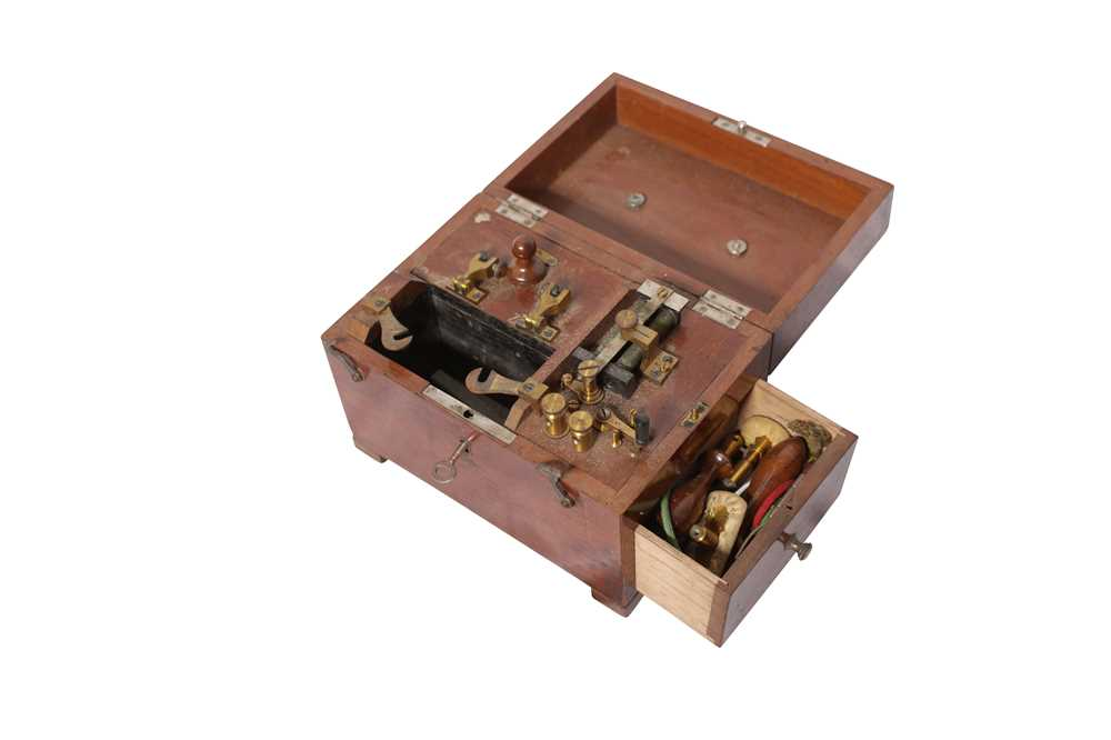 Lot 36 - A 19TH CENTURY ELECTRIC SHOCK THERAPY MACHINE