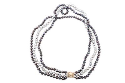 Lot 20 - A cultured pearl necklace with a diamond clasp