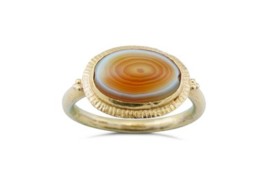 Lot 45 - A banded agate ring