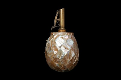 Lot 24 - AN 18TH / 19TH CENTURY MOTHER OF PEARL POWDER FLASK, PROBABLY INDO-PORTUGUESE