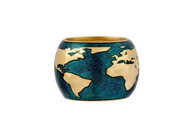 Lot 80 - An enamel globe ring