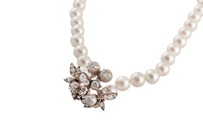 Lot 51 - A cultured pearl necklace with a diamond spacer