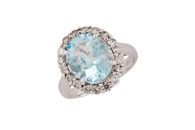 Lot 67 - An aquamarine and diamond cluster ring