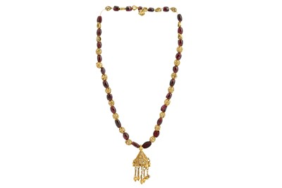 Lot 167 - A GARNET BEAD NECKLACE WITH GOLD FILIGREE PENDANT