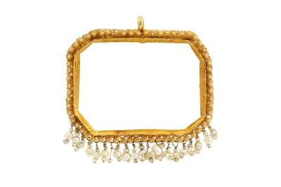 Lot 168 - A GOLDEN PENDANT SETTING  WITH A FRINGE OF SEED PEARLS