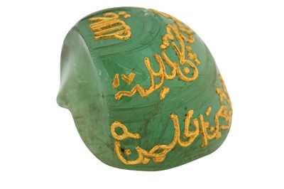 Lot 130 - A LARGE CARVED LOW-GRADE EMERALD FRAGMENT WITH GOLD-INLAID CALLIGRAPHIC BANDS