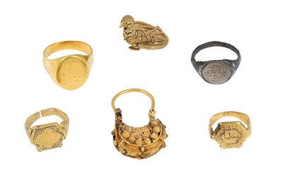 Lot 170 - A COLLECTION OF SMALL GOLD JEWELLERY ELEMENTS AND A SILVER RING