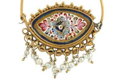 Lot 115 - A POLYCHROME-PAINTED ENAMELLED GOLD EARRING