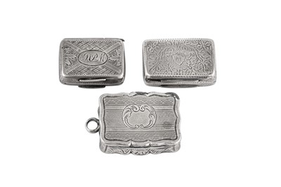Lot 32 - A mixed group including a George IV sterling silver vinaigrette, Birmingham 1820 by Lawrence and Co